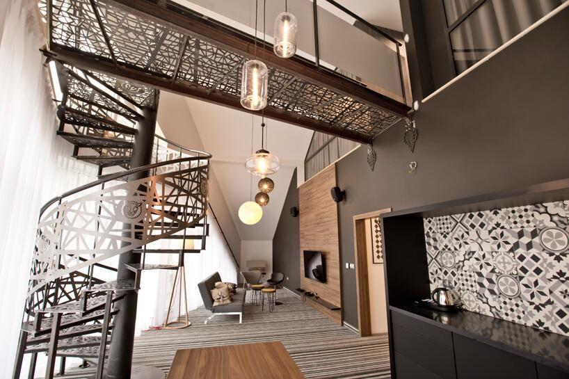 ciemny pokój zkręconymi metalowymi schodami