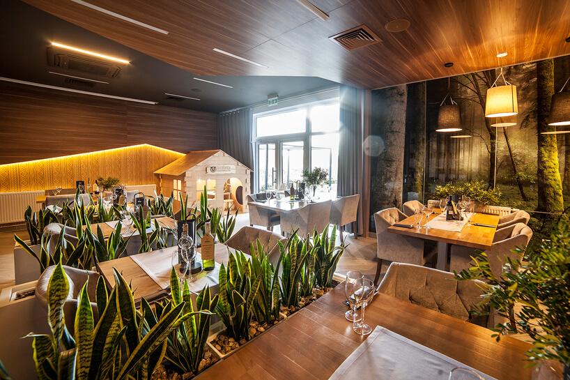 przestrzeń restauracyjna wdrewnie wBacówka Radawa & SPA