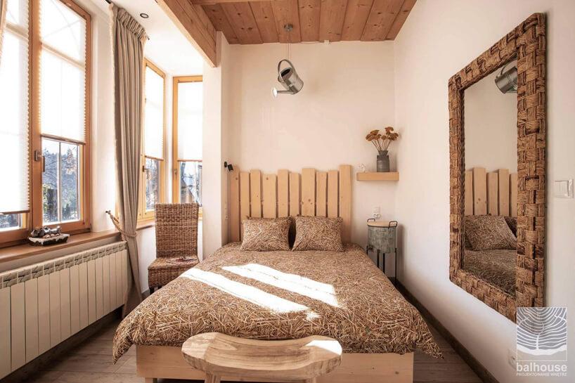 pokój hotelowy wNiedźwiedzia Residence wmotywie słomianym