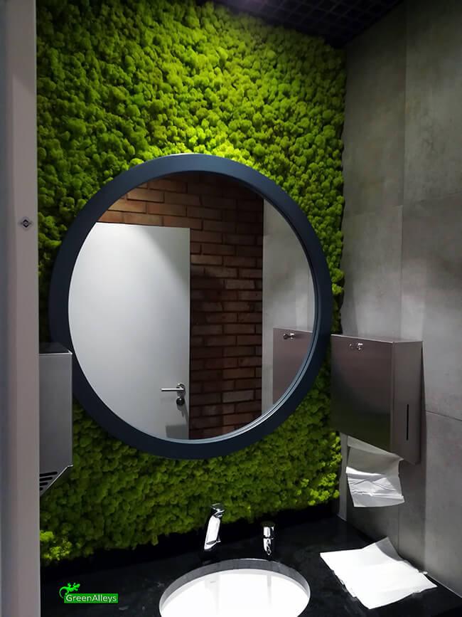 mech na ścianie za lustrem