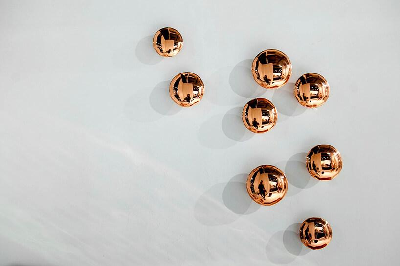 miedziane kulki przyczepione do ściany