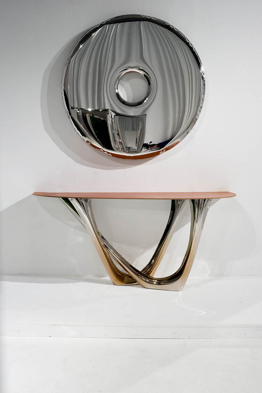 nowoczesny srebrny okrąg wiszący nad stołem
