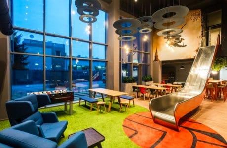 Zjeżdżalnia w biurze – nowy element przestrzeni biurowej