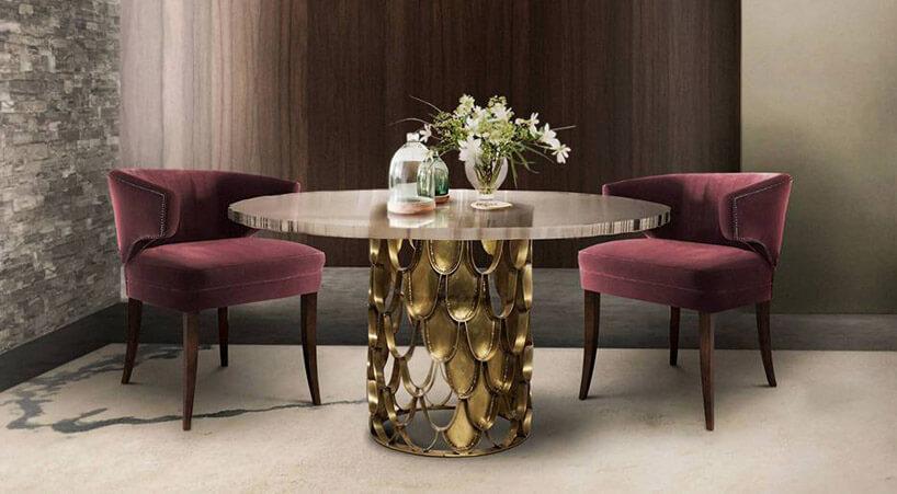 dwa fotele przy wysokim stolem zelementami złotych kropli
