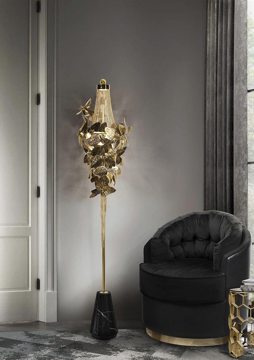 wysoka lampa stojąca ze złotym kloszem