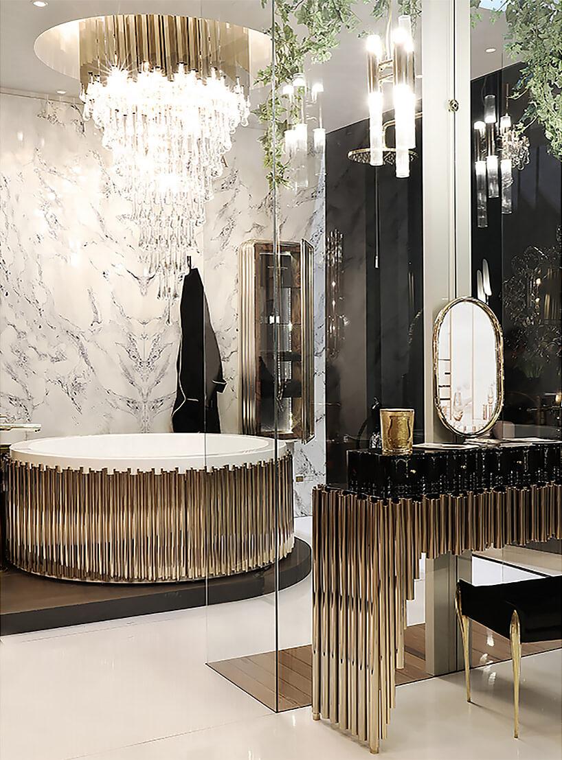 złoty żyrandol wdużej łazience ze złotymi akcentami