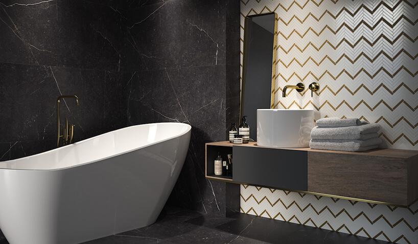 elegancka łazienka ze ścianą zczarnego kamienia obok biało-złotej mozaiki Paris od Paradyża