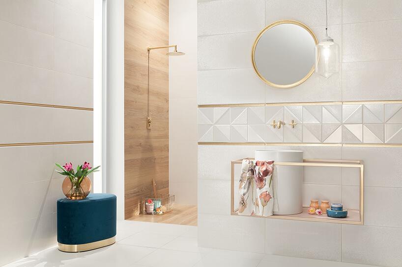 biała łazienka ze złotymi akcentami złotą armaturą inatryskiem we wnęce