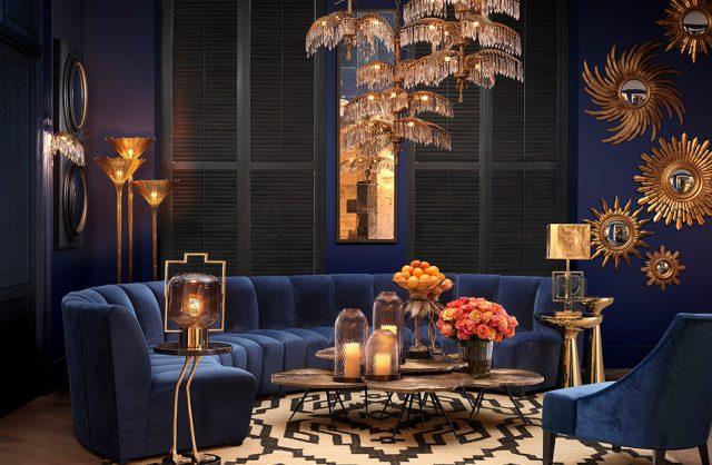 eleganckie ciemne wnętrze ze złotymi akcentami i niebieską sofą w centrum salonu