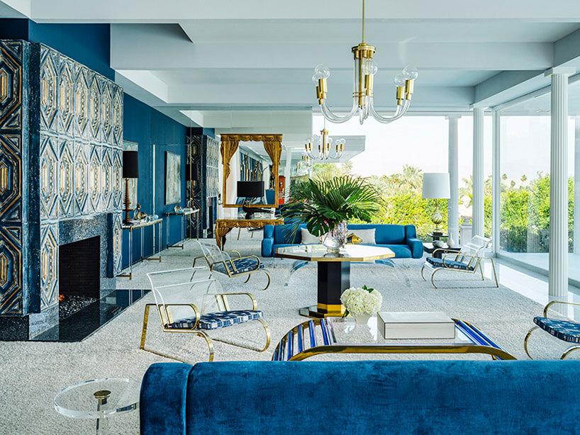 biało-niebieski salon zwieloma złotymi dodatkami