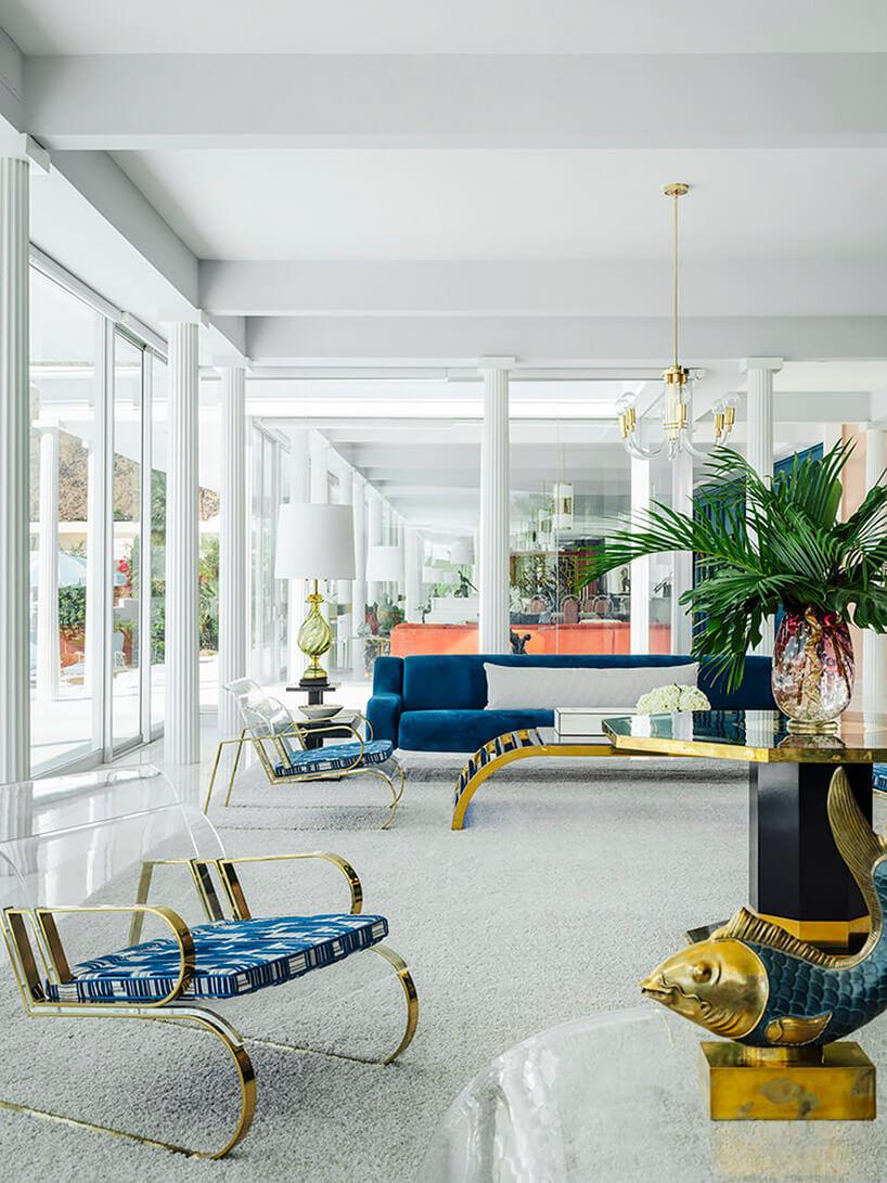 biały salon zniebieskimi izłotymi meblami