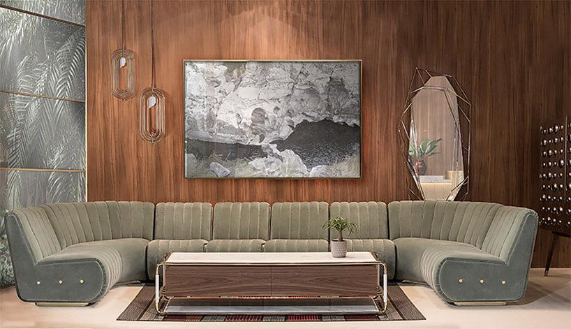 duża modułowa sofa na tle ścian zciemnego drewna