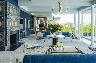 biało-niebieski salon z wieloma złotymi dodatkami
