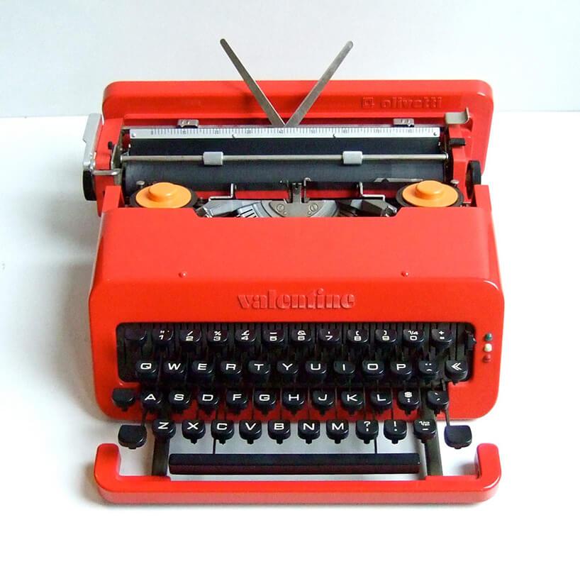 maszyna do pisania zczarną klawiaturą iczerwoną obudową