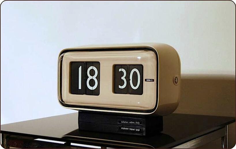 stary analogowy budzik na czarnej szafce