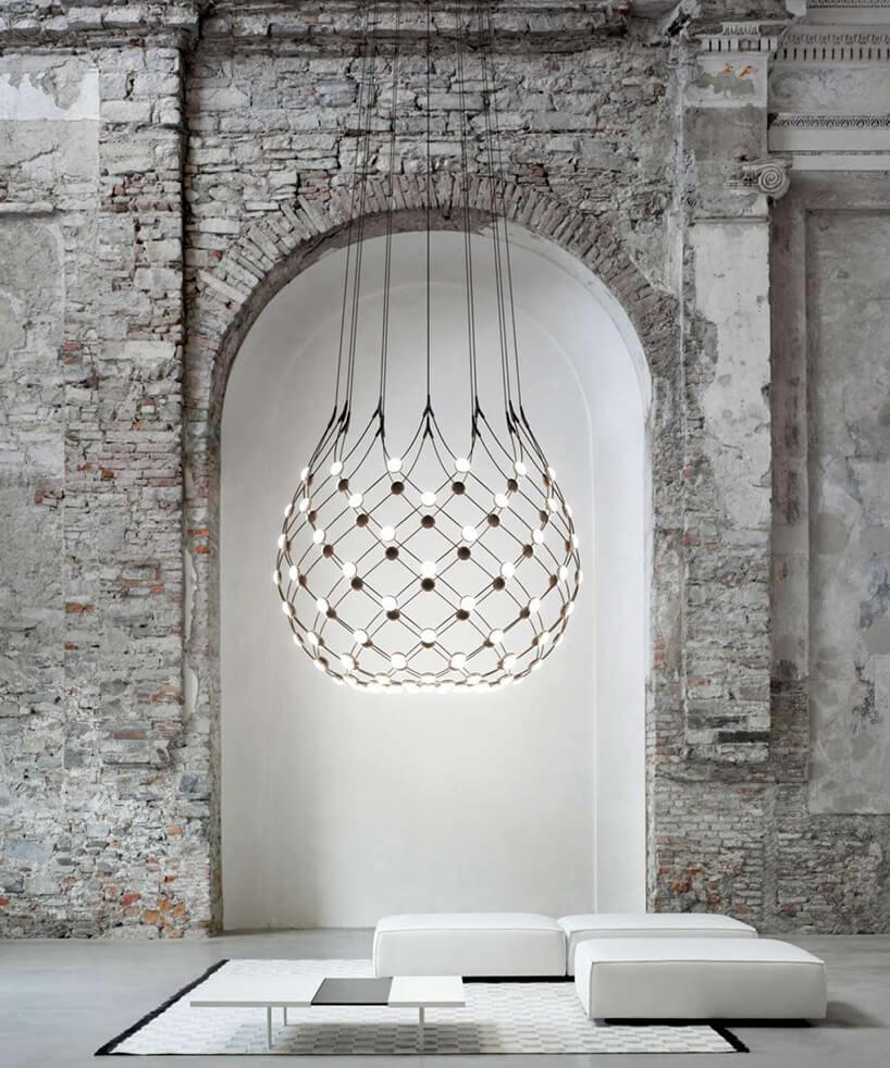 lampa zsiatki na tle cegły