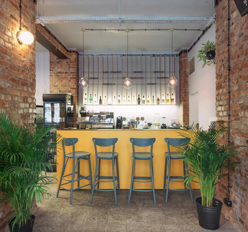 bar wkolorze żółtym wpomieszczeniu zbiałymi ścianami ikostką