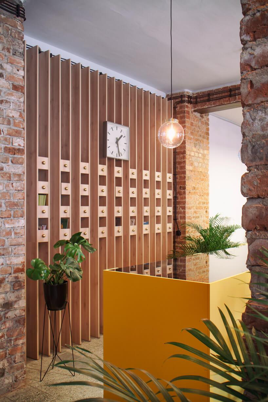 biały zegar zczarnymi wskazówkami na drewnianych panelach