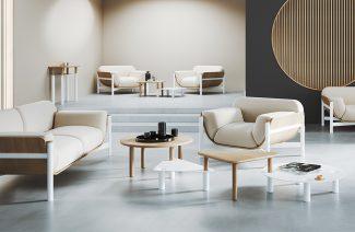 elegancka beżowa sofa i fotel na białych nogach z białymi brązowymi stolikami