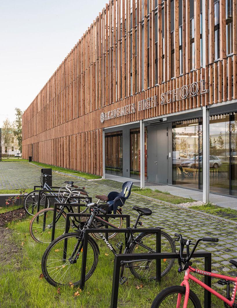 stojak na rowery przed budynkiem zdrewniana fasadą