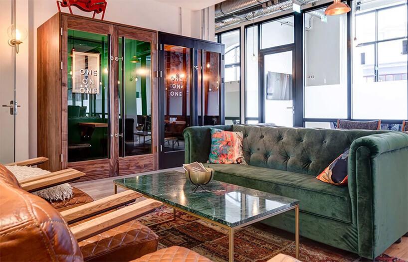 aranżacja salonu zzieloną kanapą istolikiem