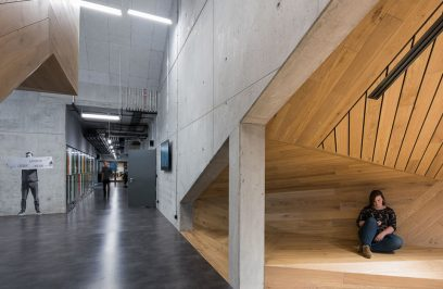 drewniano-betonowe wnętrze budynku